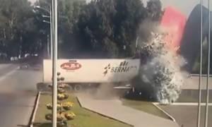 Βίντεο-σοκ από φρικτό δυστύχημα: Νταλίκα με σπασμένα φρένα συνθλίβεται σε μνημείο
