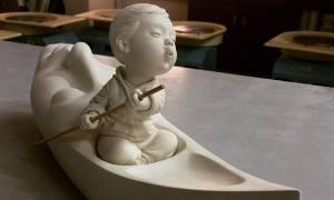 Καλλιτέχνης φτιάχνει εντυπωσιακά και σουρεαλιστικά γλυπτά μωρών (pics)