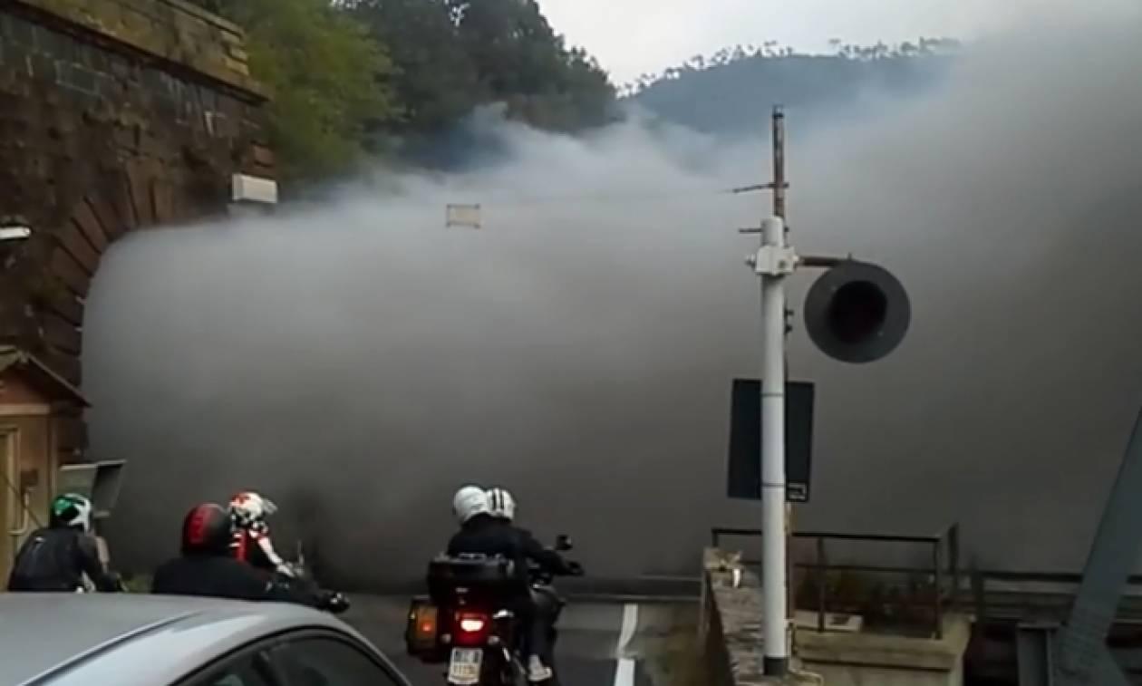 Τρένο δημιουργεί κομφούζιο πάνω σε γέφυρα λόγω... καπνού (video)