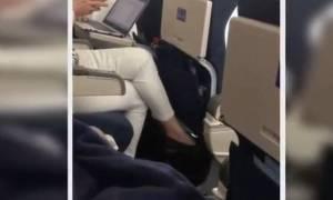 Γυναίκα κατέγραψε επιβάτη που αυνανιζόταν στο αεροπλάνο και δεν φαντάζεστε τι έκανε το πλήρωμα (vid)