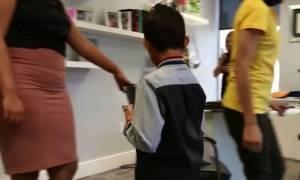 Την έπιασαν «στα πράσα»: Δασκάλα κάνει bullying σε 5χρονο μαθητή (vid)