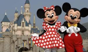 Ζήλειες στη… Disneyland: Η εκπληκτική αντίδραση του Μίκυ όταν τουρίστας κάνει πρόταση γάμου στη Μίνι