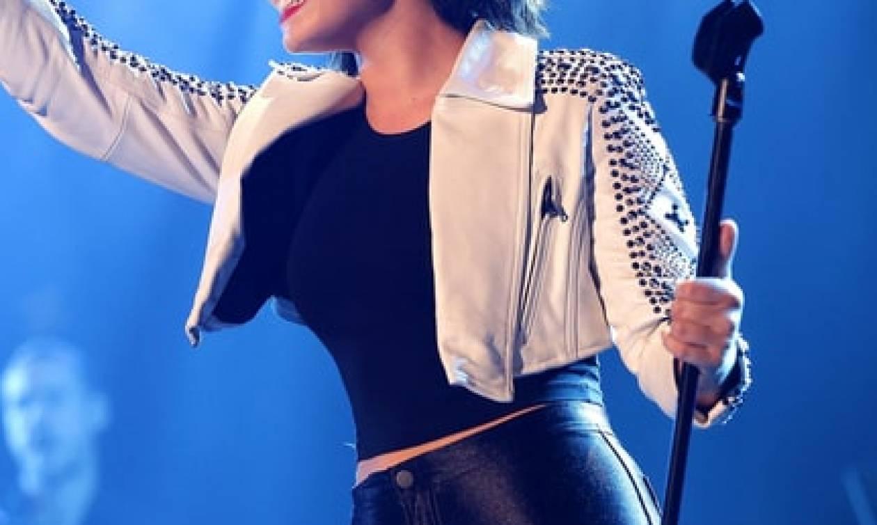 Πασίγνωστη τραγουδίστρια παραλίγο να πεθάνει από υπερβολική δόση – Το συγκινητικό μήνυμά της (vids)