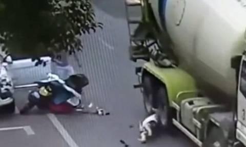 Βίντεο ΣΟΚ: Μπετονιέρα πατάει στο κεφάλι πεσμένη γυναίκα και δεν σώζεται από θαύμα, αλλά...