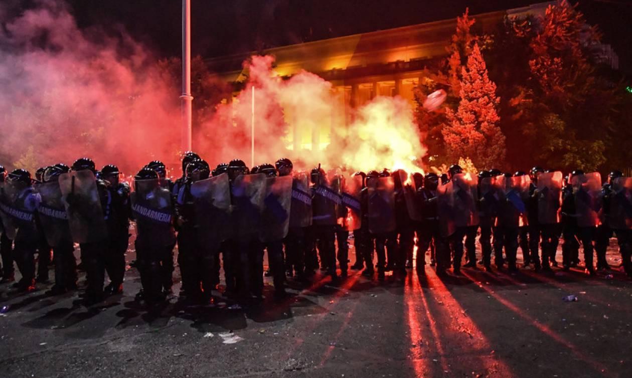 «Πόλεμος» σε διαδήλωση κατά της διαφθοράς στη Ρουμανία: Εκατοντάδες τραυματίες (Pics+Vids)