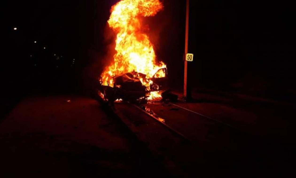 Τρομακτικό τροχαίο στη Βούλα: Αυτοκίνητο «καρφώθηκε» σε κολώνα και άρπαξε φωτιά – Εικόνες σοκ