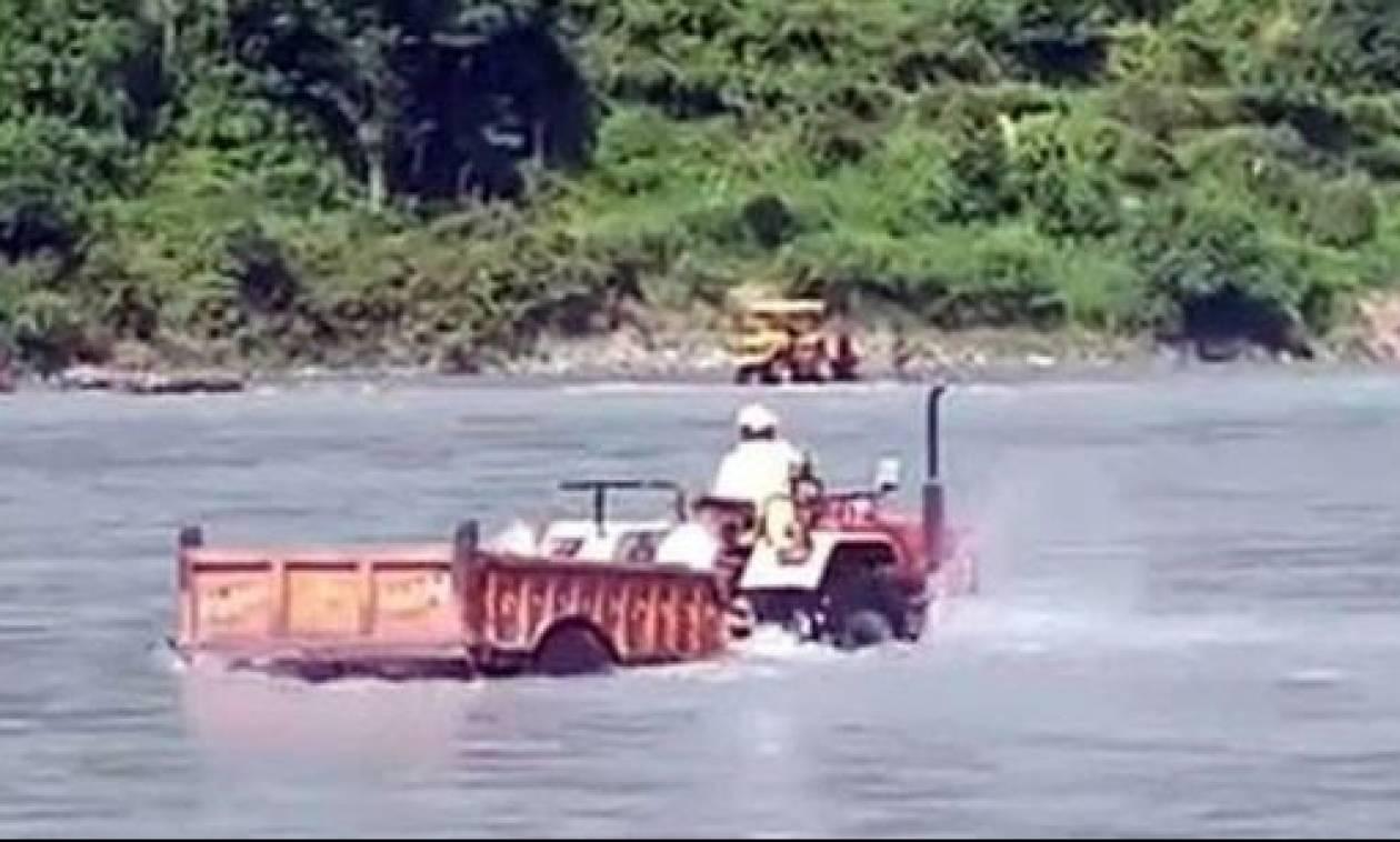 Απίστευτο! Διέσχισε ποτάμι με το τρακτέρ για να... κόψει δρόμο (vid)