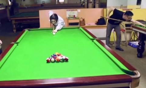 Επικό: Ταλεντάρα «καθαρίζει» το τραπέζι με μια στεκιά! (video)