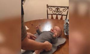 Μπορεί οι γονείς του να το πειράζουν αλλά αυτό το αξιολάτρευτο μωρό έχει την τελευταία... λέξη (vid)