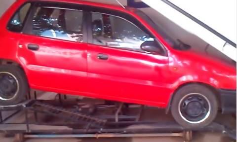 Μυθικό: Παρκάρει αυτοκίνητο… κάτω από τη σκάλα! (video)