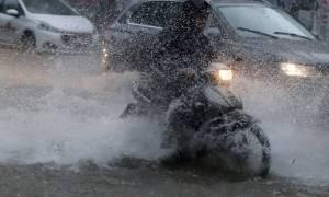 Θεσσαλονίκη: Άνοιξε ο δρόμος και «κατάπιε» μηχανάκι!