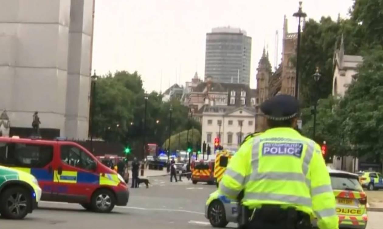 Λονδίνο: Αστυνομικοί περικυκλώνουν το αυτοκίνητο που έπεσε σε οδόφραγμα έξω από το Κοινοβούλιο (vid)