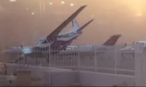 Τρομερό! Θυελλώδεις άνεμοι παρασέρνουν αεροπλάνο σαν να είναι καρυδότσουφλο (vid)