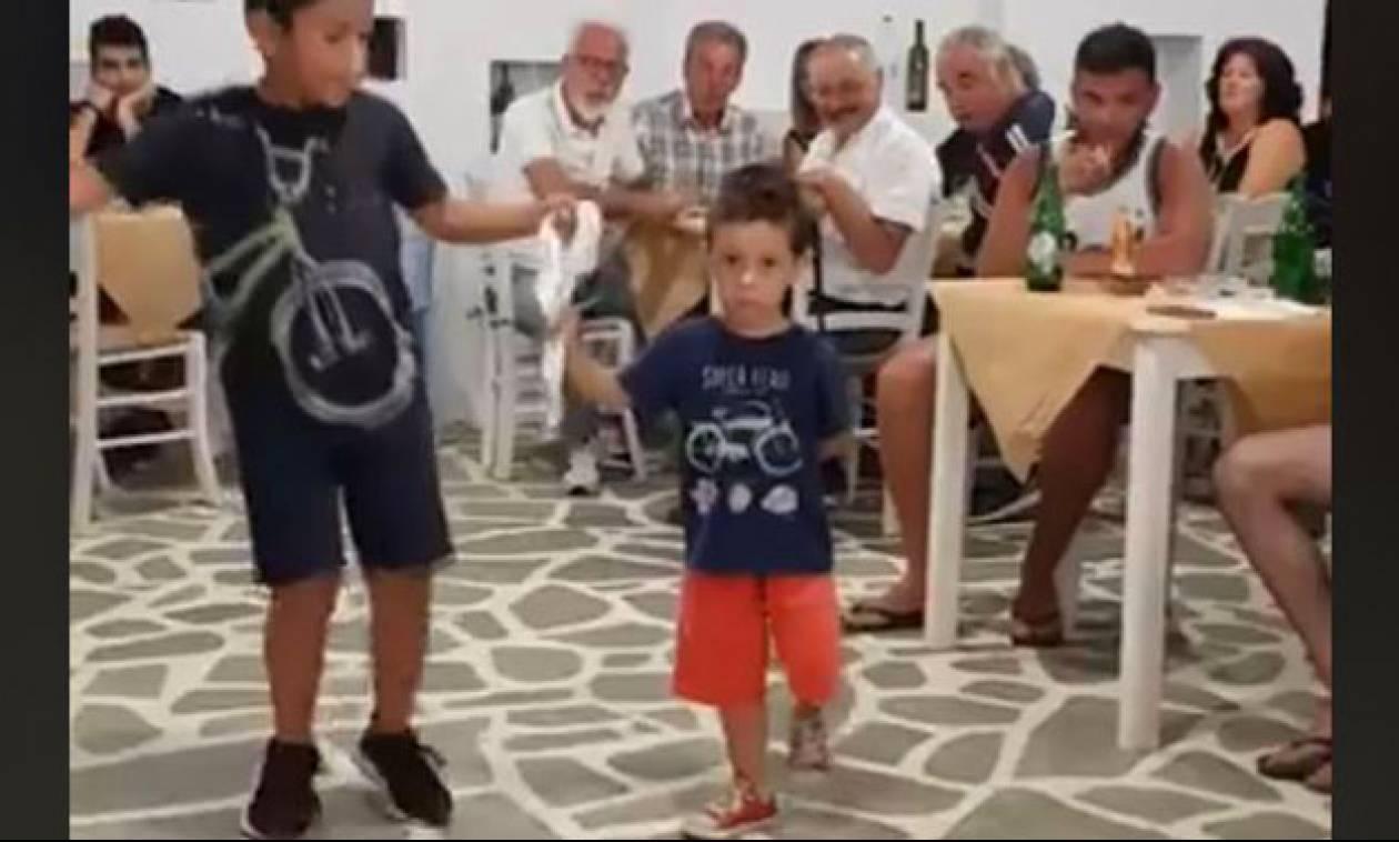Δείτε τον νησιώτικο χορό λεβεντόπαιδων που κάνει τον γύρο του Ίντερνετ (vid)