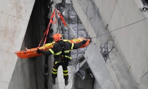 Γένοβα: Η δραματική διάσωση ενός εγκλωβισμένου στη μοιραία γέφυρα (vid)