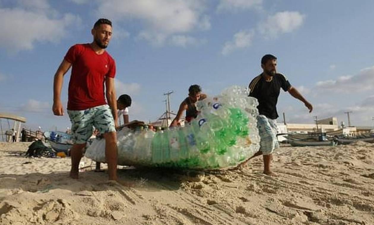 Γάζα: Μια βάρκα φτιαγμένη από πλαστικά μπουκάλια «έσωσε μια οικογένεια»
