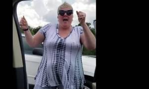 Οδηγός κόλλησε στην κίνηση, βγήκε από το αυτοκίνητο και... Έμειναν άφωνοι με αυτό που είδαν (vid)