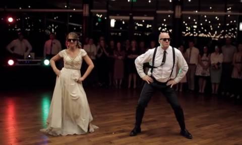 Αυτός πρέπει να είναι ο πιο επικός γαμήλιος χορός που έχετε δει (vid)