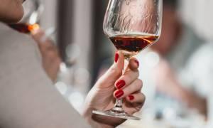 Αλκοόλ: Πώς επηρεάζει την επιδερμίδα και πόσο διαρκεί η επίδρασή του