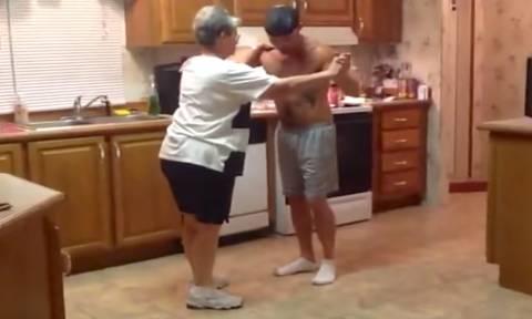 Γιος μετά από χρόνια χορεύει με τη μαμά του - Για να θυμηθούν τα παλιά (vid)