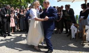 Η άλλη πλευρά του Πούτιν: Χόρεψε στο «γάμο της χρονιάς» υπό τους ήχους χορωδίας Κοζάκων (Pics+Vid)