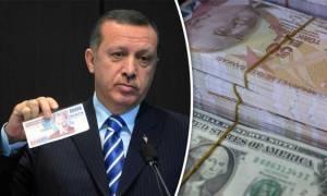 Οι Τούρκοι παίζουν με τη φωτιά... κυριολεκτικά! Καίνε και κομματιάζουν δολάρια για χάρη του Ερντογάν