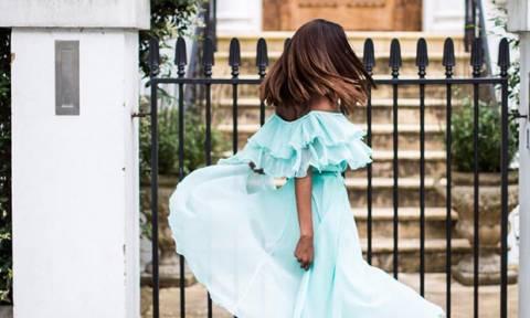 Bρήκαμε το στυλ φορέματος που έχει «βάλει φωτιά» στα Social Media