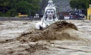 Τραγωδία στην Ινδία: 370 νεκροί από τις χειρότερες «πλημμύρες του αιώνα» και η βροχή συνεχίζεται