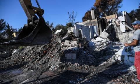 Μάτι – Μία πόλη «φάντασμα»: Ξεκίνησαν οι κατεδαφίσεις ακατάλληλων σπιτιών (pics)