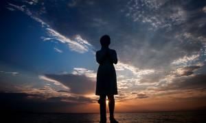 Γυναίκα ή άγαλμα; Η επιβλητική φιγούρα που μαγεύει – Συγκλονιστικές εικόνες