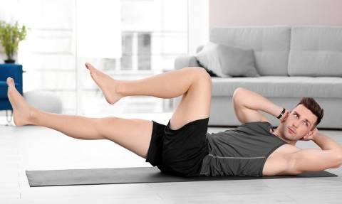 Τρεις «μπομπάτες» ασκήσεις για να γυμνάσεις Χέρια και Κοιλιακούς στο σαλόνι σου!