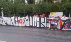 Φίλαθλοι Πανιωνίου με πανό στην ιταλική πρεσβεία: «Γένοβα μην τα παρατάς»