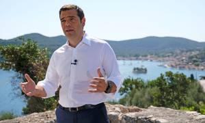 Διάγγελμα Τσίπρα: Ο απρόσμενος… επισκέπτης στο μικρόφωνο την ώρα που μηνύματος του πρωθυπουργού