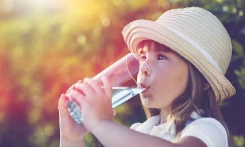 Τι να κάνετε αν το παιδί σας δεν πίνει αρκετό νερό