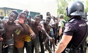 «Μάχη» στη Θέουτα: 100 μετανάστες εισέβαλαν στην Ισπανία πετώντας ακαθαρσίες, αίμα, ασβέστη και οξύ