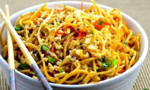Κινέζος τρώει noodles, αλλά δεν φαντάζεστε τι χρησιμοποιεί για... βοήθημα (video)