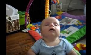 """Όταν τα μωράκια """"παλεύουν"""" να μην κοιμηθούν (vid)"""