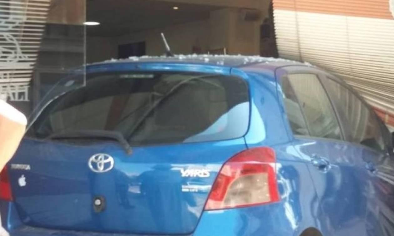 Αγρίνιο: Αυτοκίνητο έπεσε με ταχύτητα σε τζαμαρία ασφαλιστικού γραφείου