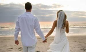 Σηκώθηκε όλη η γειτονιά στο «πόδι» για να συνοδεύσουν την νύφη στην εκκλησία! (vid)