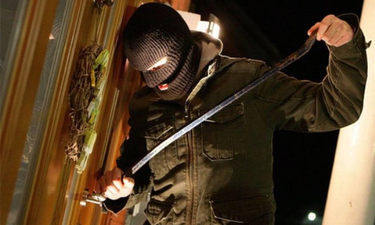 Χανιά: Χειροπέδες σε 27χρονους που «χτυπούσαν» σπίτια και δωμάτια ξενοδοχείων με λεία 27.000 ευρώ
