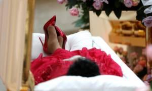 Αρίθα Φράνκλιν: Σε λαϊκό προσκύνημα, ντυμένη στα κόκκινα και σε χρυσό φέρετρο η «βασίλισσα της soul»