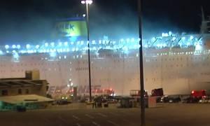 Φωτιά στο «Ελ. Βενιζέλος»: Τέλος στο θρίλερ - Έφθασε το πλοίο στο λιμάνι του Πειραιά (pics)