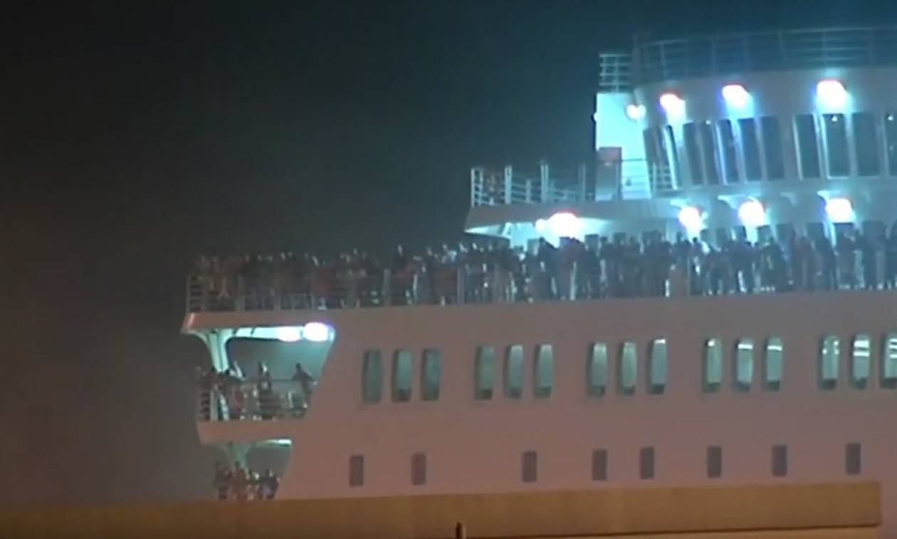 Φωτιά στο «Ελ. Βενιζέλος»: Με κλίμακα της πυροσβεστικής γίνεται η αποβίβαση των 875 επιβατών