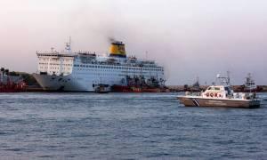 «Ελ. Βενιζέλος»: Καίει ακόμα η φωτιά - Έχει πάρει κλίση το πλοίο