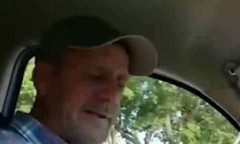 Οδηγούσε αμέριμνος όταν ξαφνικά βρώμισε όλο το αυτοκίνητο! Η αντίδρασή του; (video)