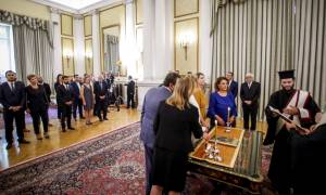 Ορκίστηκε η νέα κυβέρνηση - Το «άρωμα γυναίκας» και τα... νιάτα
