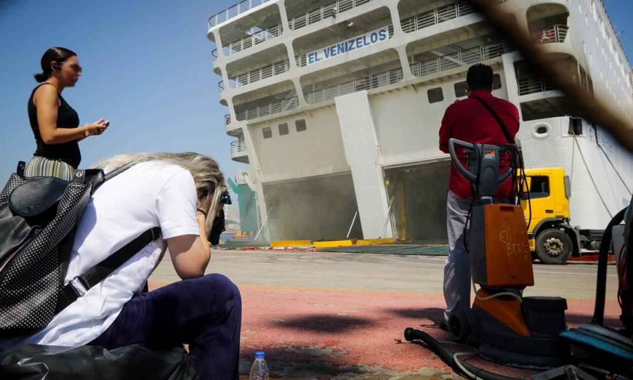 «Ελευθέριος Βενιζέλος»: Περιορίστηκε η φωτιά στο πλοίο – Άρχισαν να βγάζουν οχήματα