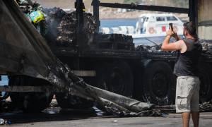Εικόνες καταστροφής από το «Ελ. Βενιζέλος»: Καμένες νταλίκες και μαύρος καπνός