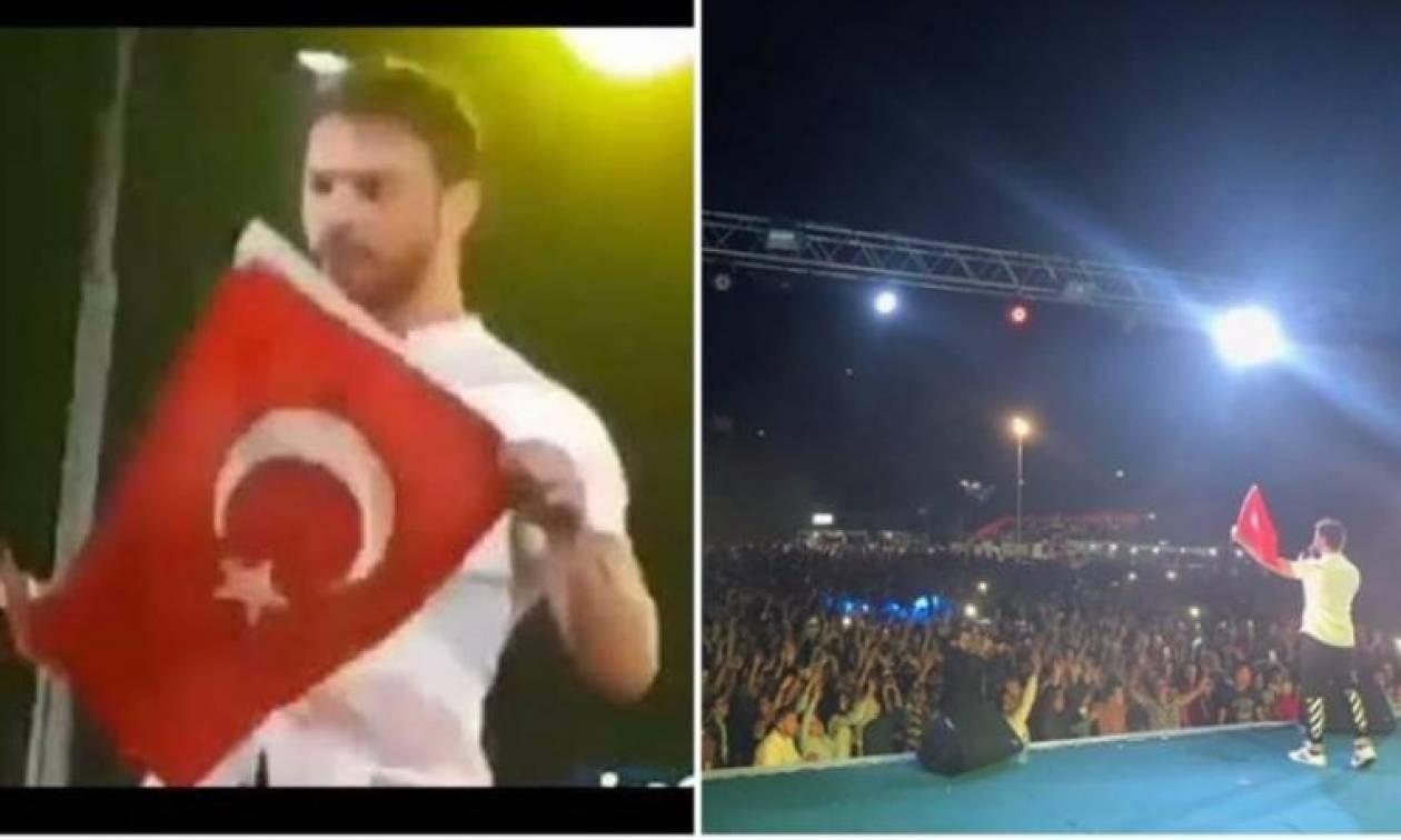 Υπέρτατη τουρκική πρόκληση: Τραγουδιστής απλώνει ανενόχλητος την τουρκική σημαία στην Ξάνθη