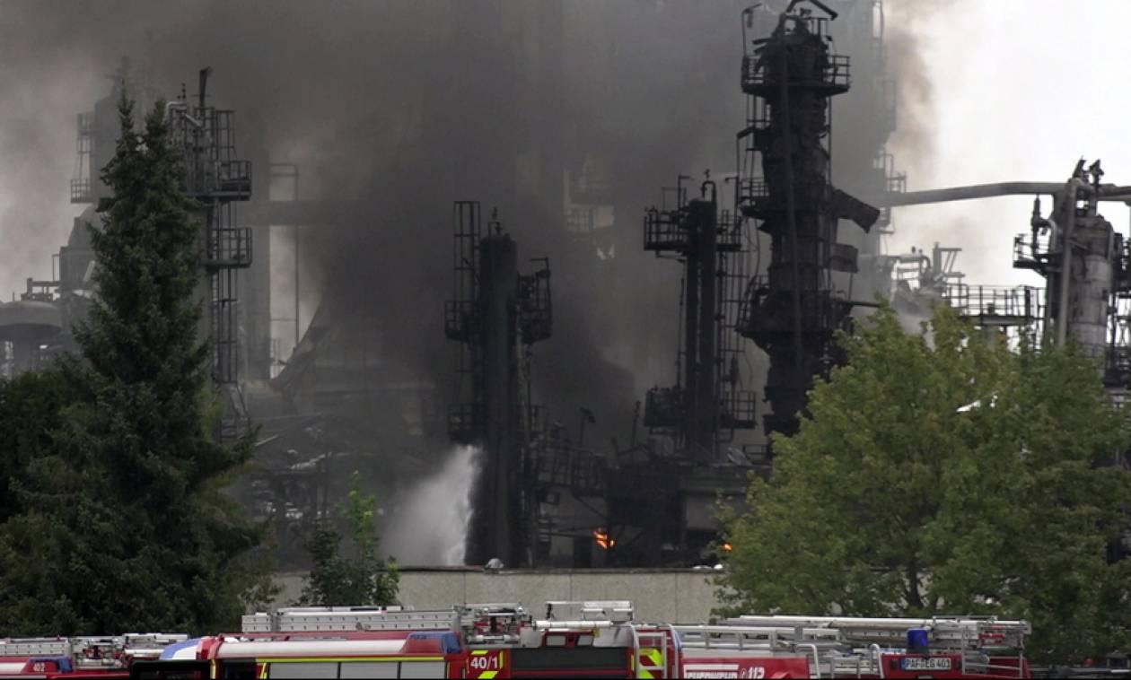 Γερμανία: Υπό έλεγχο η πυρκαγιά στο διυλιστήριο - Δέκα τραυματίες (pics+vid)
